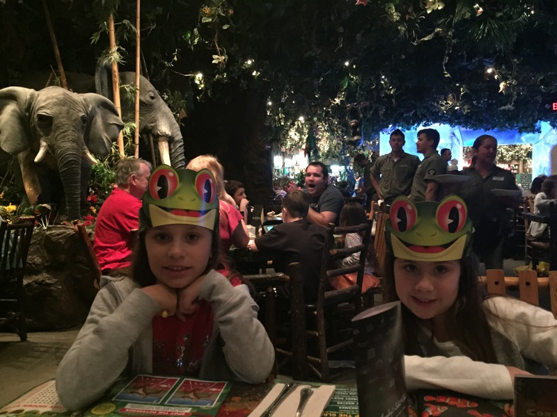 meninas no Rainforescafe do Downtown Disney