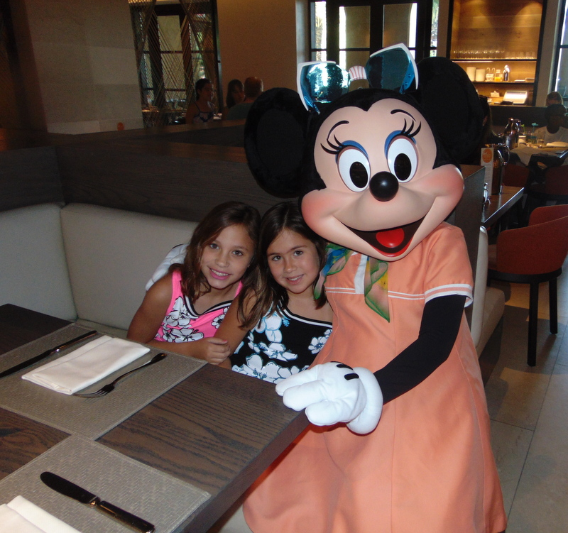 meninas e Minnie no café da manhã do Pateta no Four Seasons Resort de Orlando